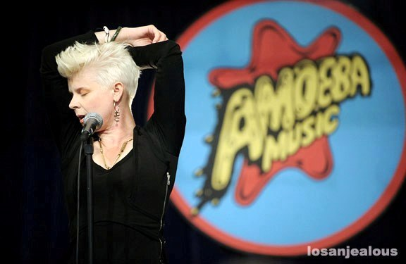 robyn_amoeba_hollywood__07-23-10_22a